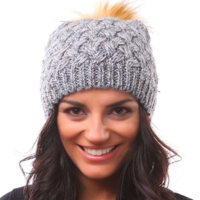 красива плетена шапка с понпон